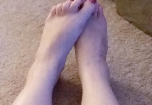 Feet porn Just hanging out....  -larfuwdbym231