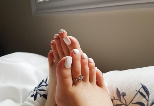 Feet porn Who wants to worship my pretty feet  And make me a queen  Dms opened   -kb9za58chq431