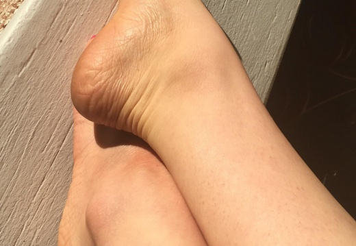 Foot porn Sitting outside in the warm summer sun  Who wants to join me    -lebfc7iu4z331